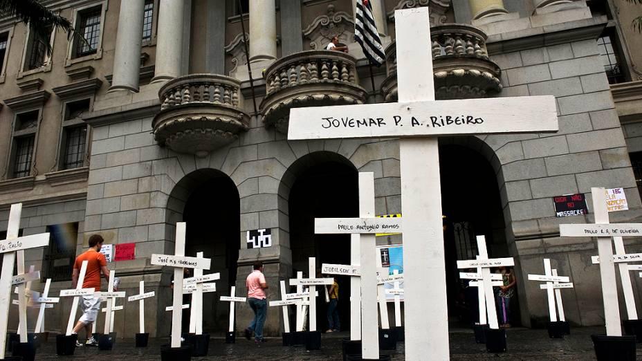 Cruzes foram colocadas na manhã desta segunda-feira (08), em frente ao largo São Francisco, no centro de São Paulo, por alunos da Faculdade de Direito da USP, em lembrança aos mortos do massacre do Carandiru