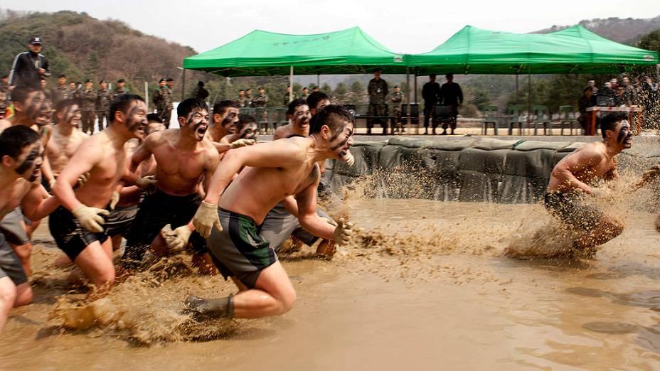 Soldados sul-coreanos participam de um treinamento nesta segunda-feira (08), em Cheorwon, 77 km a nordeste de Seul