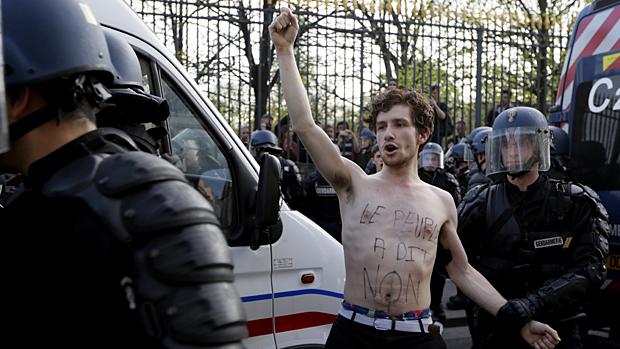 Manifestante contra o casamento gay é detido em Paris, na França