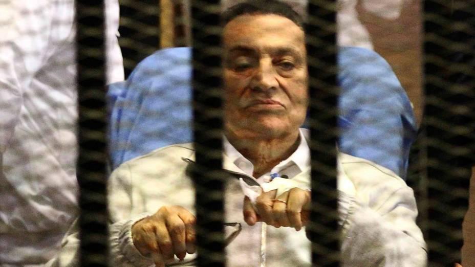 Hosni Mubarak é visto em prisão no Cairo. Tribunal decreta liberdade, mas o ex-presidente egípcio continuará preso