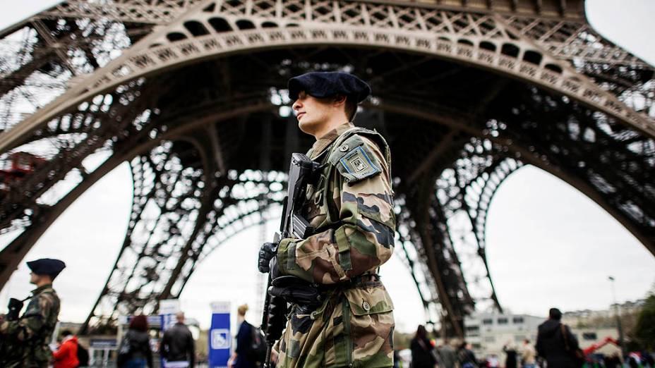 Soldados franceses fazem patrulha em frente à Torre Eiffel, em Paris