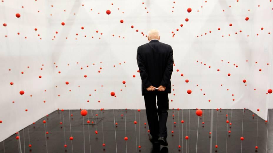 Visitante na instalação Luva, de Katharina Hinsberg, na feira de arte Cologne, na Alemanha