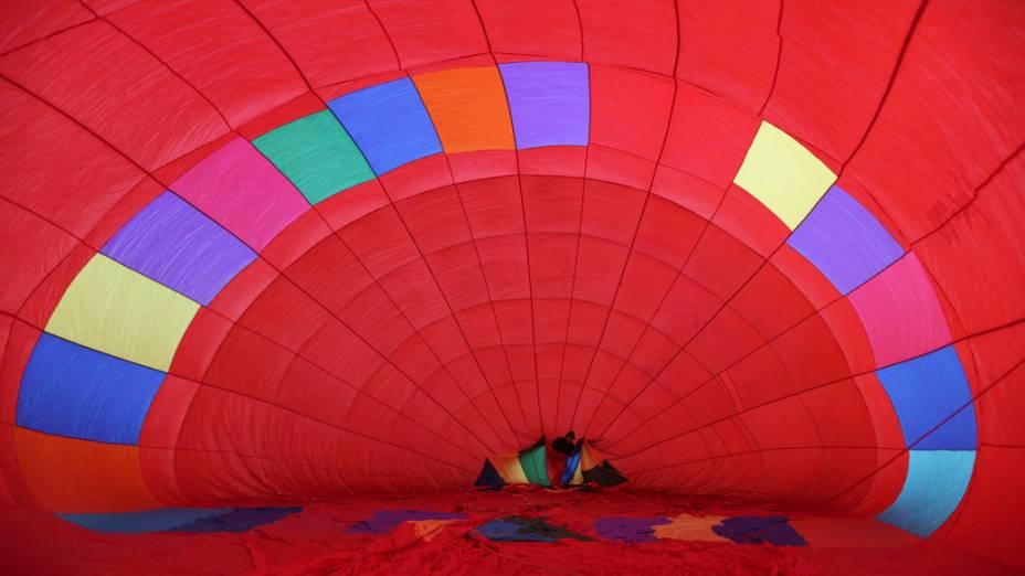 Homem prepara balão de ar durante o Festival Nacional de Balonismo, em Brasília