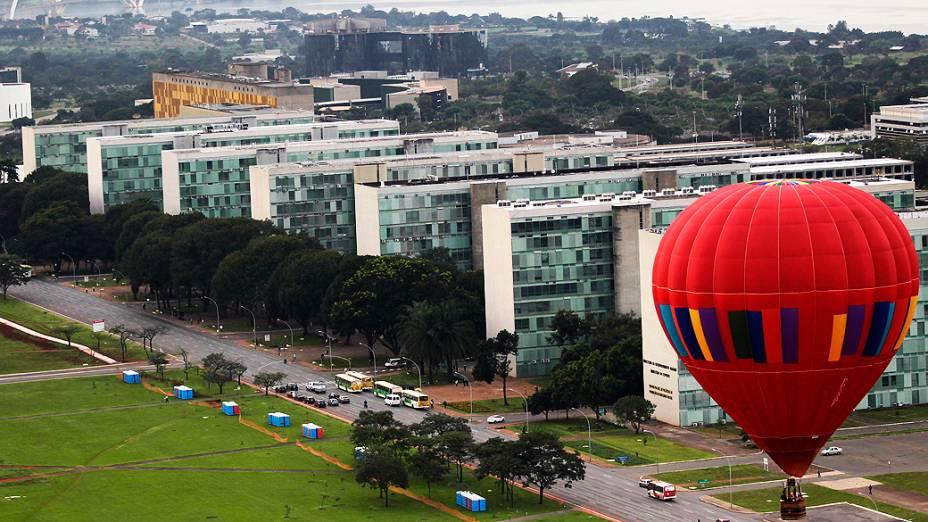 Balão sobrevoa Brasília; capital federal recebe festival de balonismo