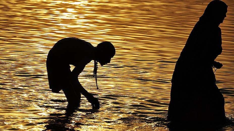 Indiano se banha no Sangam, local considerado sagrado pelos hinduístas