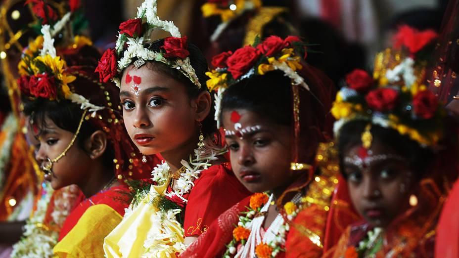 Crianças indianas participam de festival hindu, em Calcutá
