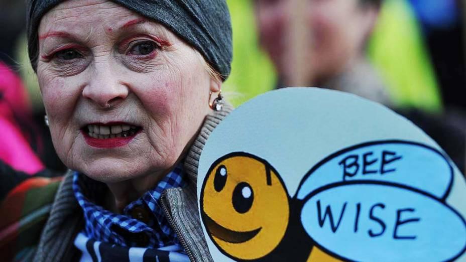 A estilista Vivienne Westwood em protesto contra o uso de agrotóxicos, que são considerados prejudiciais às abelhas, no centro de Londres