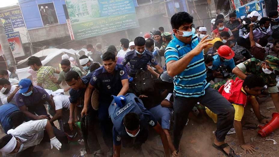 Pessoas correm durante operação de resgate no edíficio Rana Plana, após alarme falso de um novo desabamento, em Savar. Mais de 270 pessoas morreram no desabamento do edíficio onde funcionava uma confecção, esse é o segundo grande acidente no setor têxtil em Bangladesh