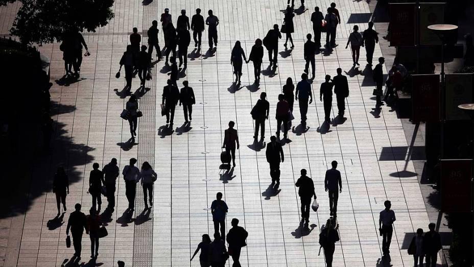 Pessoas caminham ao longo de uma rua no centro de Xangai, na China
