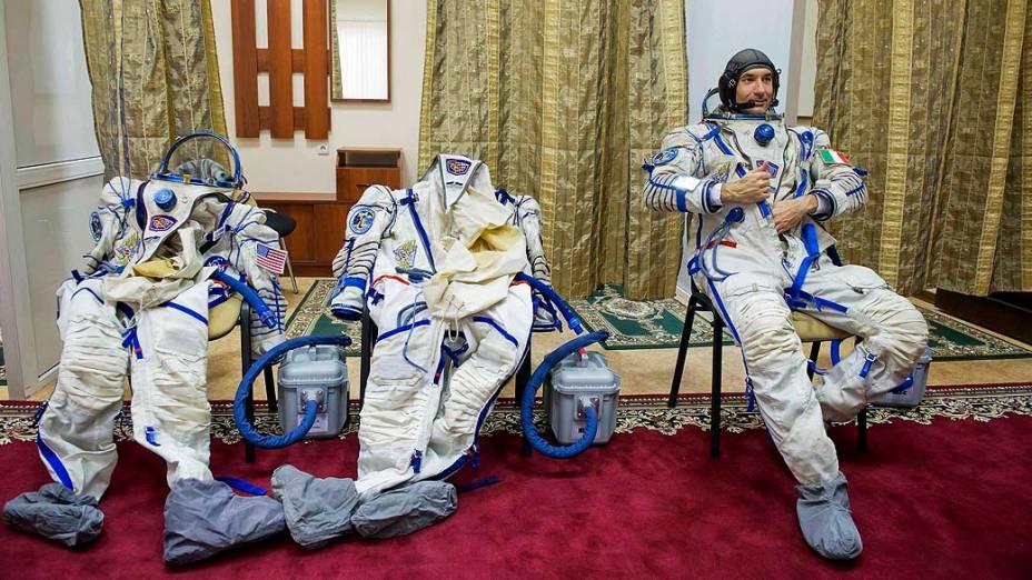 O astronauta Luca Parmitano antes de um exercício de simulação em um centro de treinamento na Rússia. Em maio, esta previsto o envio de três astronautas para Estação Espacial Internacional