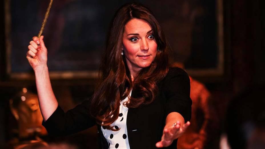 Duquesa de Cambridge, Kate Middleton, brinca com varinha mágica dos filmes de Harry Potter, na inauguração da Warner Bros Leavesden Studios, em Londres