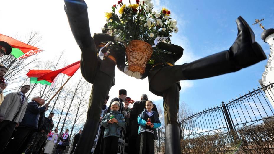 Guardas de honra depositam flores no memorial das vítimas de Chernobyl, na Ucrânia