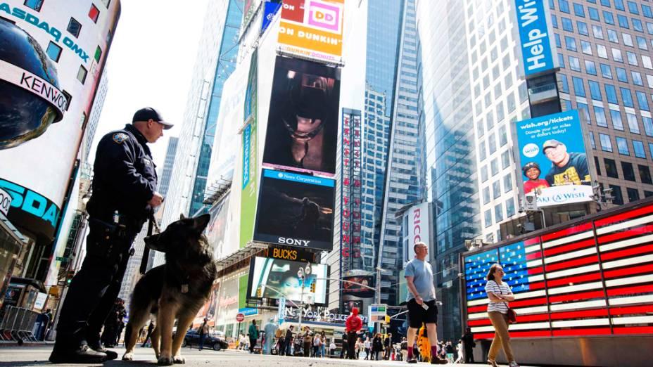 Policiais da unidade K-9 fazem patrulha na Times Square
