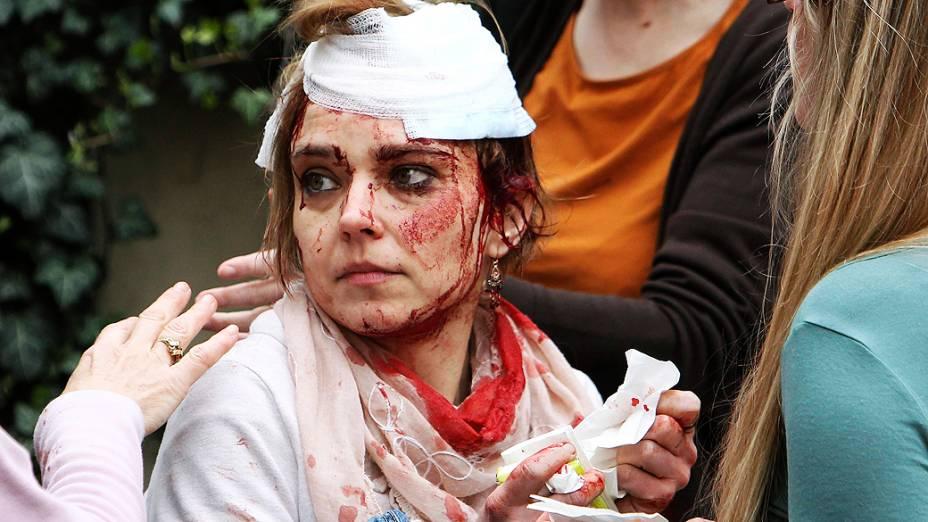 Equipes de resgate atendem mulher ferida em explosão de gás no centro histórico de Praga, na República Tcheca, nesta segunda-feira (29)