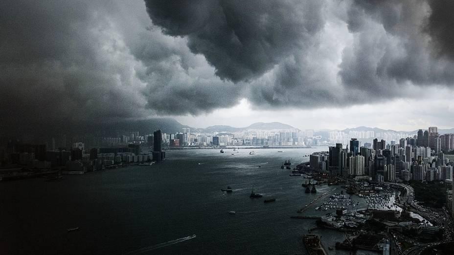 Nuvens cobrem região portuária de Hong Kong na manhã desta terça-feira (30)