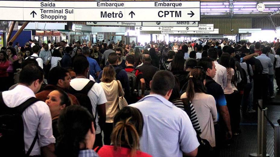Movimentação intensa de passageiros na estação do metrô Tatuapé em São Paulo (SP), após falha no sistema de tração de um trem na linha 3 Vermelha (Barra Funda/Corinthians Itaquera)