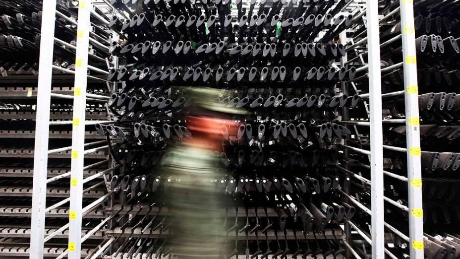 Soldado anda em frente de armas confiscadas pelas autoridades nacionais de segurança no interior de um depósito em uma zona militar, no México