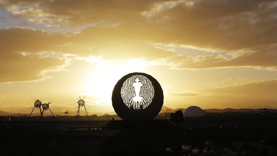 O amanhecer durante o segundo dia do festival AfrikaBurn em Tweefontein Karoo. O festival Burning Man com sede nos Estados unidos trazem milhares de pessoas no deserto para construir uma comunidade temporariamente, na África do Sul