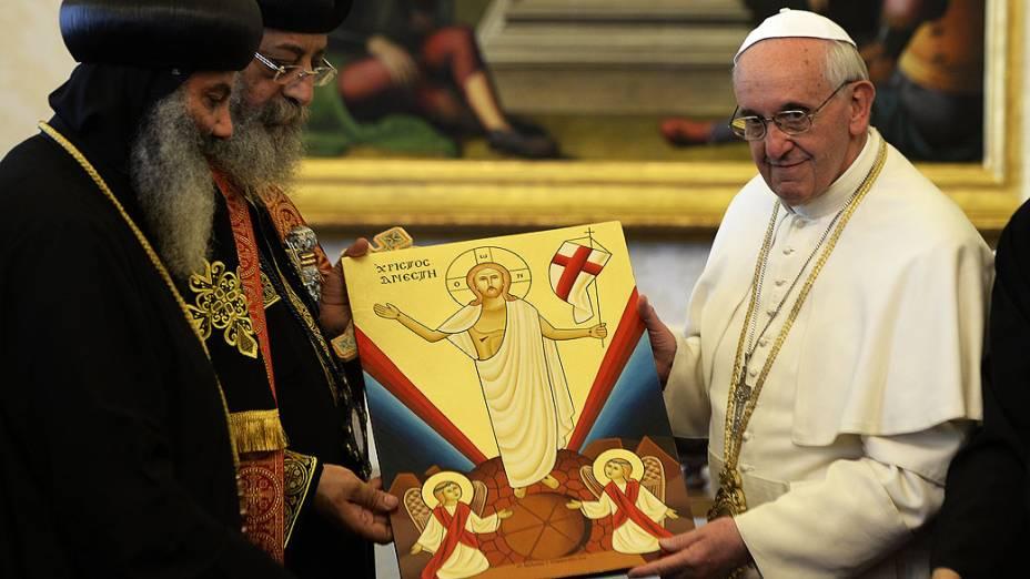 Papa Francisco troca presente com líder da Igreja Copta Ortodoxo, Tawadros II, durante uma audiência privada na biblioteca do pontífice. Tawadros II chegou a Roma no dia anterior para uma visita histórica de quatro dias, no Vaticano
