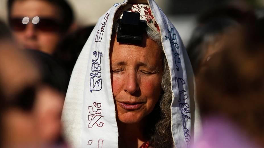 Fiéis do grupo Women of the Wall, usam um xale de oração e tefilin durante orações no Muro das Lamentações, em Velha Jerusalém. No mês passado, o Tribunal Distrital de Jerusalém disse que as mulheres não devem ser presas por usar xales de oração no local