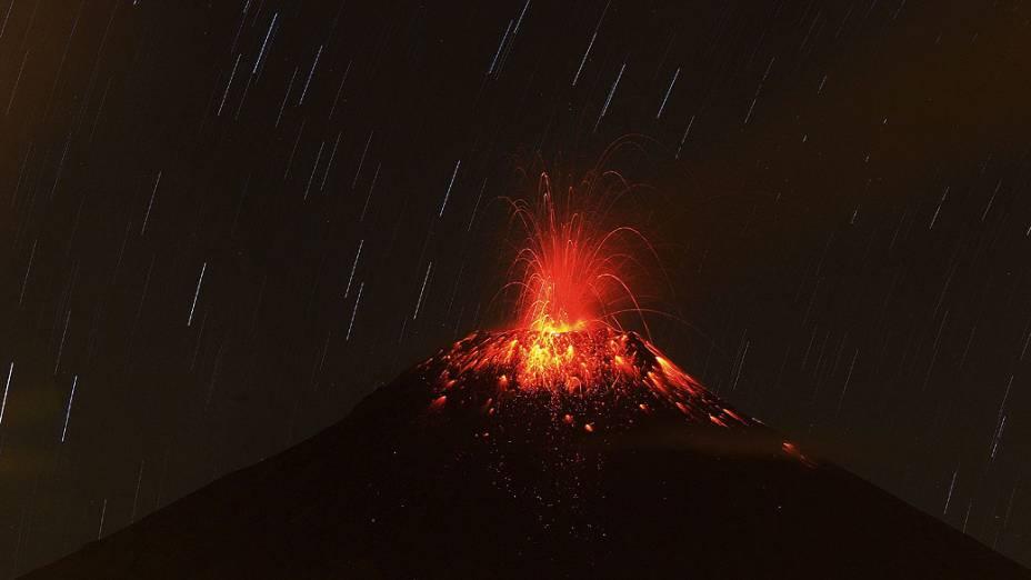 Vulcão Tungurahua do Cotalû entra em erupção, no Ecuador