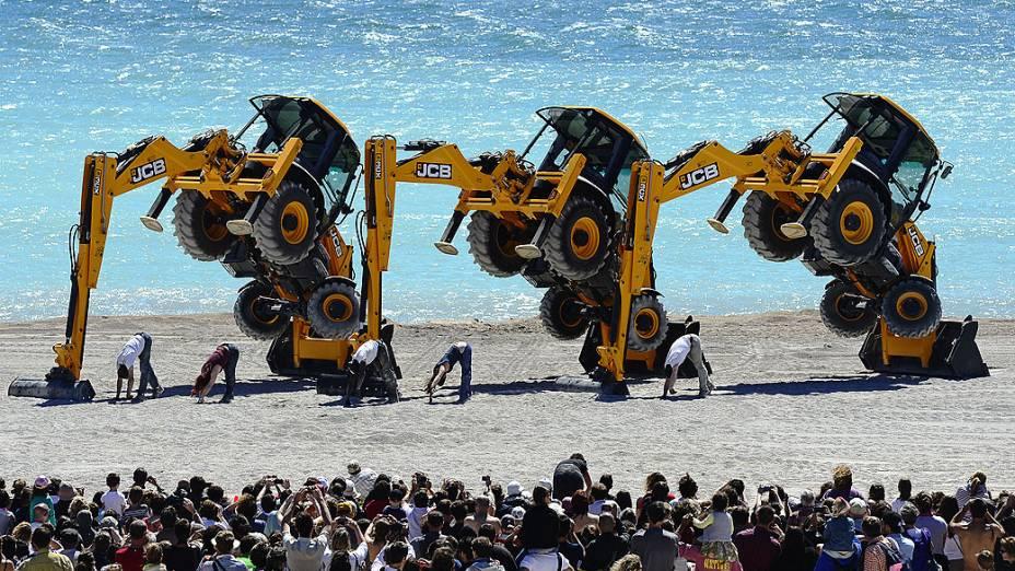 Dançarinos da companhia de teatro de dança britânica Motionhouse realizam um show tração, com escavadeiras na praia do Prado, em Marselha, sul da França