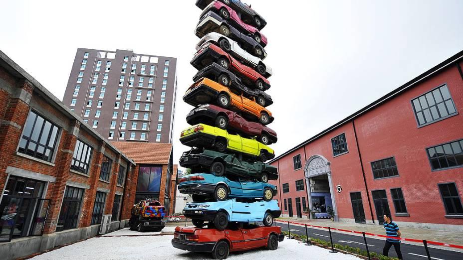 Homem observa escultura feita de 13 carros reformados chamada Rebirth 2013, em Creative Culture Park, em Wuhan, China