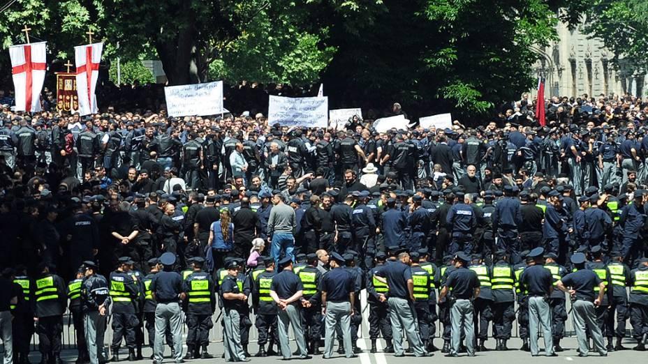 Policiais isolam a área no centro de Tbilisi onde os cristãos ortodoxos e ativistas anti-gay entram em conflito, na Geórgia