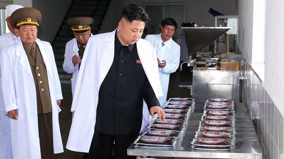 Imagem divulgada hoje mostra líder norte-coreano Kim Jong-Un inspecionando uma das 20 fábrica do Exército do Povo Coreano (KPA), em lugar não revelado na Coréia do Norte