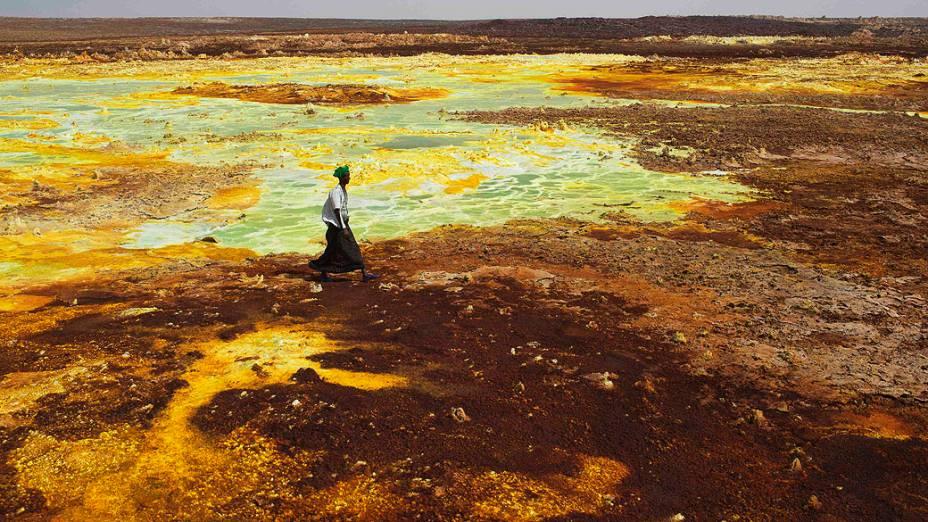 Homem caminha em enxofre e formações de sal mineral perto Dallol na Depressão Danakil, no norte da Etiópia