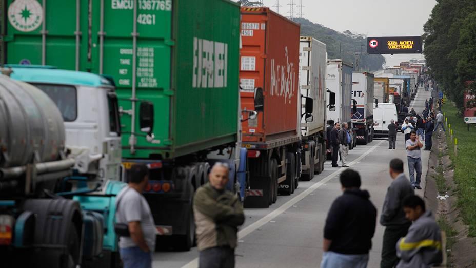Motoristas de carros de passeio e caminhoneiros enfrentam grande congestionamento logo após o pedágio na rodovia Anchieta, sentido Litoral, durante a manhã desta terça-feira (28). Um decreto da Prefeitura de Cubatão restringiu o acesso a dois pátios de estacionamento de caminhões que acessam o porto de Santos