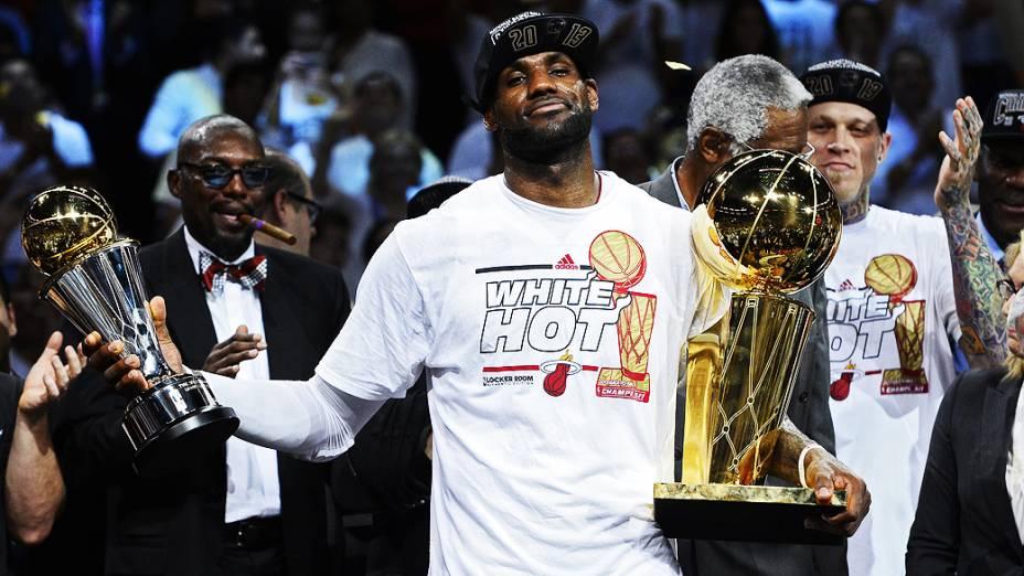 LeBron James segura os troféus Larry OBrien e de jogador mais valioso (MVP) das finais após o Miami Heat vencer o San Antonio Spurs por 95 a 88 no jogo 7 das finais da NBA temporada 2012/13