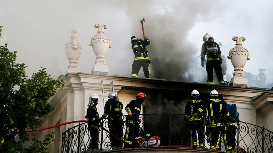 Um incêndio atingiu na madrugada desta quarta-feira (10) o palacete do século XVII onde fica localizado o tradicional Hotel Lambert, no centro de Paris