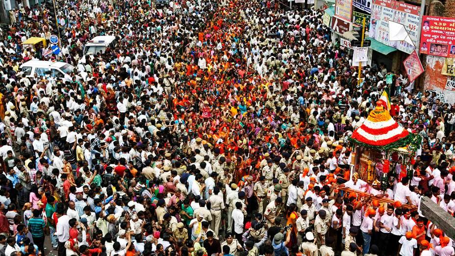 Milhares de devotos participam de procissão que homenageia o deus hindu Jagannath em Ahmadabad, na Índia