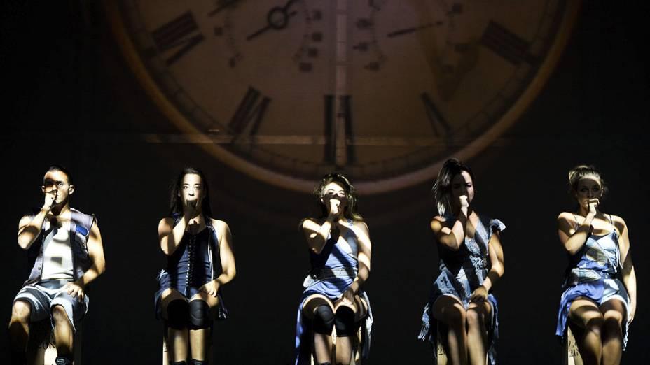 Membros da compania de dança israelenseMayuman durante uma apresentação do Momenum nesta quarta-feira(10), no palco do Komische Oper, em Berlim, na Alemanha