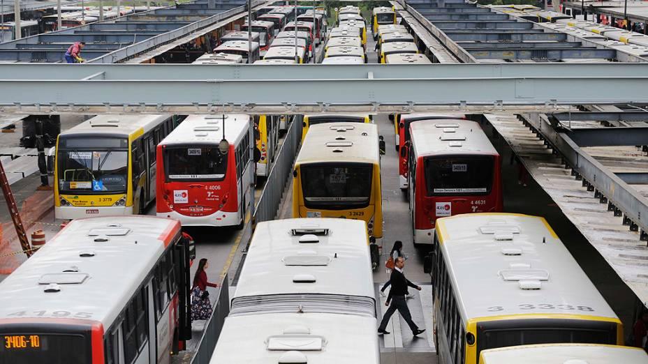 Uma chapa de oposição do sindicato dos motoristas e cobradores bloqueia 15 terminais de ônibus de São Paulo na manhã desta quarta-feira (10)