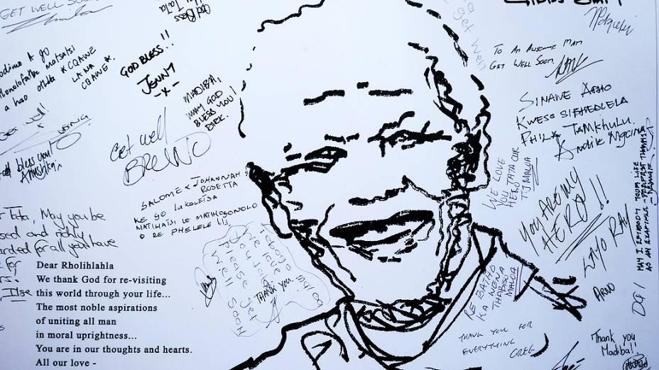 Cartaz com mensagens para Mandela foi deixado do lado de fora do hospital onde o ex-presidente está internado em Pretória