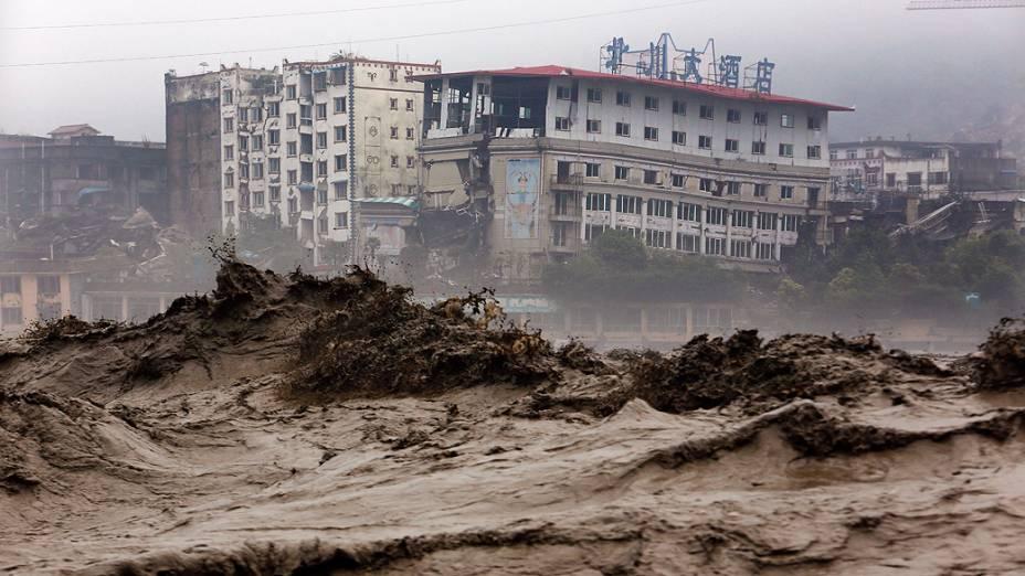 Enchentes atingem província de Sichuan, no sudoeste da China, nesta quarta-feira (10). As fortes chuvas que atingiram várias províncias do país desde o final de semana afetaram milhões de pessoas e provocaram deslizamentos de terra