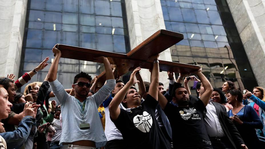 Jovens carregam a cruz da Jornada Mundial da Juventude nesta quarta-feira na chegada ao Rio de Janeiro