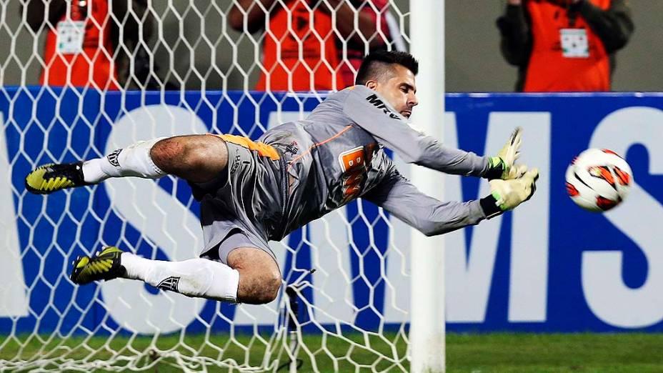 Victor pula para defender pênalti de Maxi Rodriguez na vitória do Atlético Mineiro na semifinal da Copa Libertadores da América