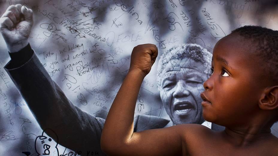 Jovem membro do grupo Cultural Maitibolo, faz homenagem a Nelson Mandela, do lado de fora do Hospital onde o ex-presidente sul africano está sendo tratado em Pretória