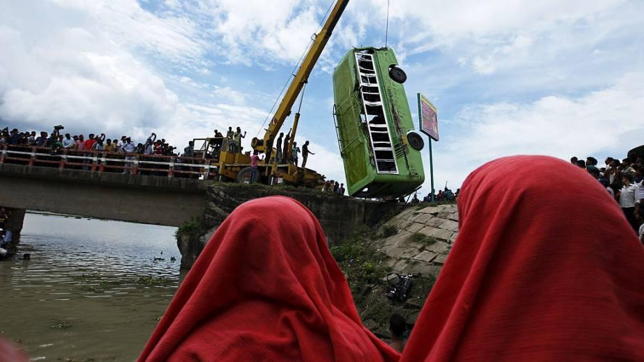 Equipe de resgate usa um guindaste puxar um ônibus após um acidente em Ashulia, nesta terça-feira (16). O acidente matou pelo menos sete pessoas e feriu outras 20 pessoas, em Bangladesh