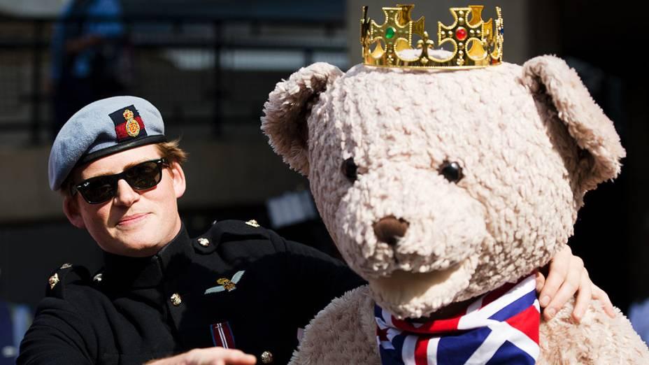Sósia do Príncipe Harry traz um urso de pelúcia do lado de fora do Hospital de Santa Maria onde Duquesa Catherine está esperando seu bebê, nesta terça-feira (16), em Londres