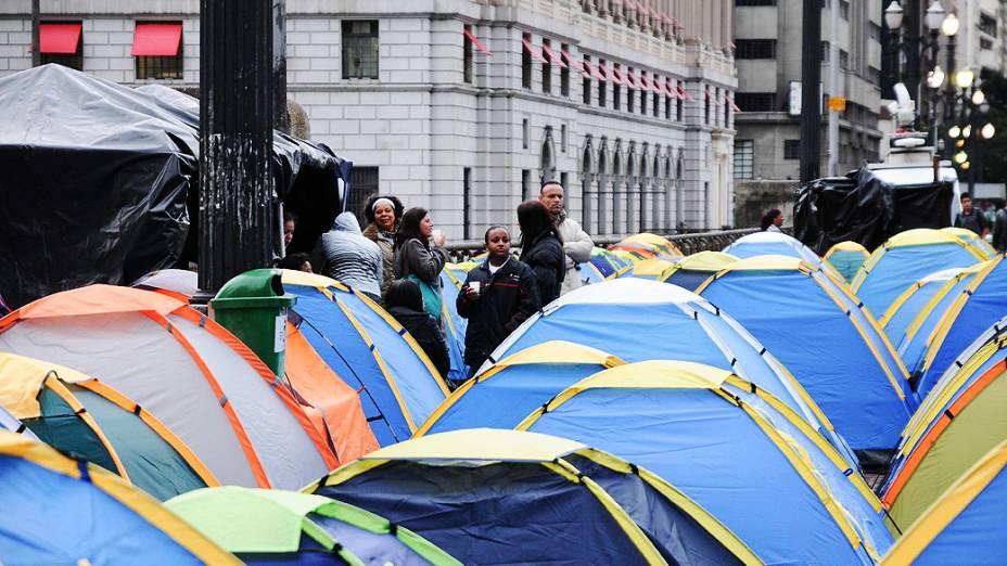 Manifestantes do Movimento Moradia Casa Dez continuam acampados em barracas em frente à sede da Prefeitura de São Paulo, nesta terça-feira (16)