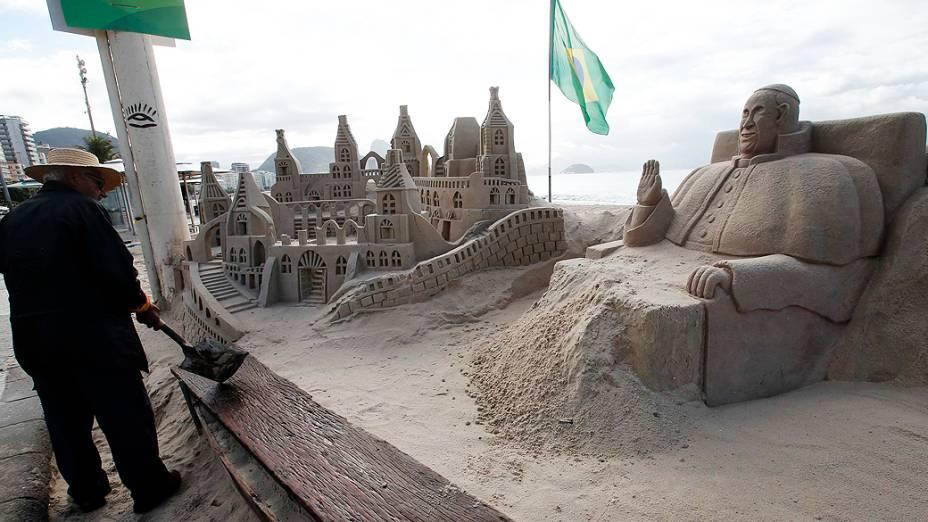 Papa Francisco ganha escultura de areia na praia de Copacabana no Rio de Janeiro