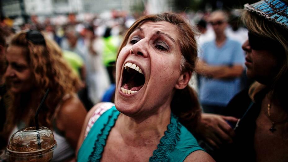 Mulher grita durante protesto em frente ao parlamento grego, em Atenas