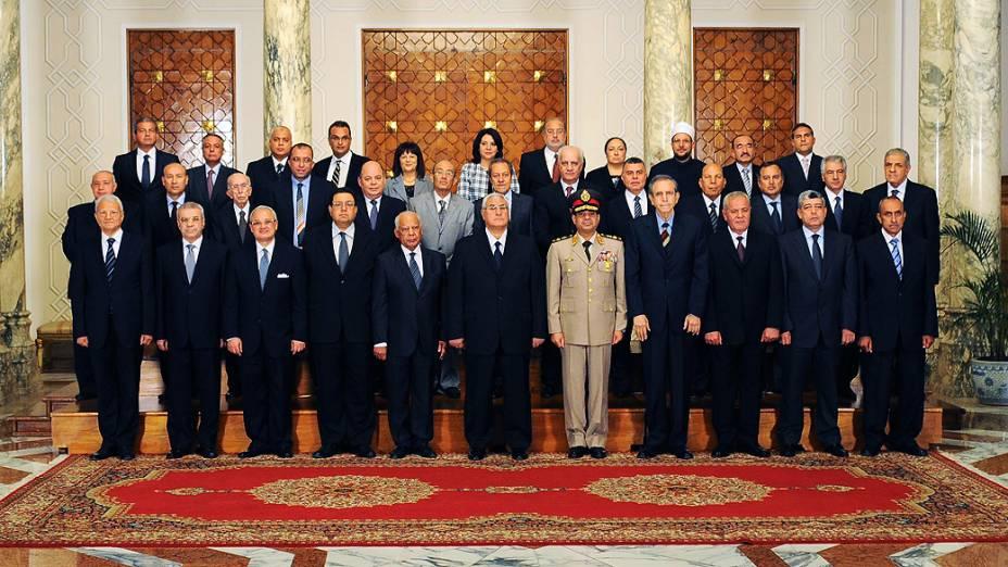 O presidente interino do Egito, Adly Mansour (sexto da primeira fileira), posa com os novos ministros do governo provisório do país