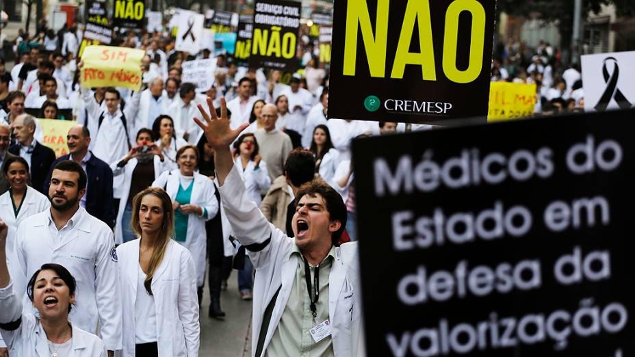 Grupo de cerca de 350 pessoas da área da saúde fazem protesto nesta terça-feira (16) na rua da Consolação, em São Paulo (SP)