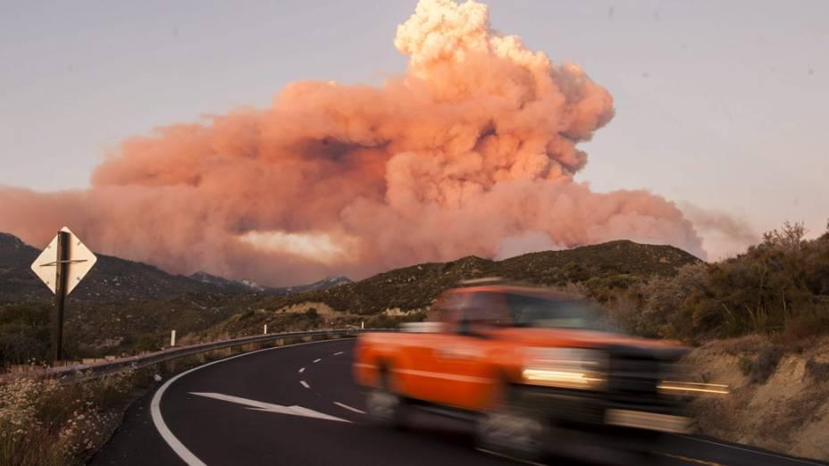 Coluna de fumaça causada por um incêndio próximo Mountain Center, na Califórnia, Estados Unidos, foto divulgada nesta terça-feira (16)