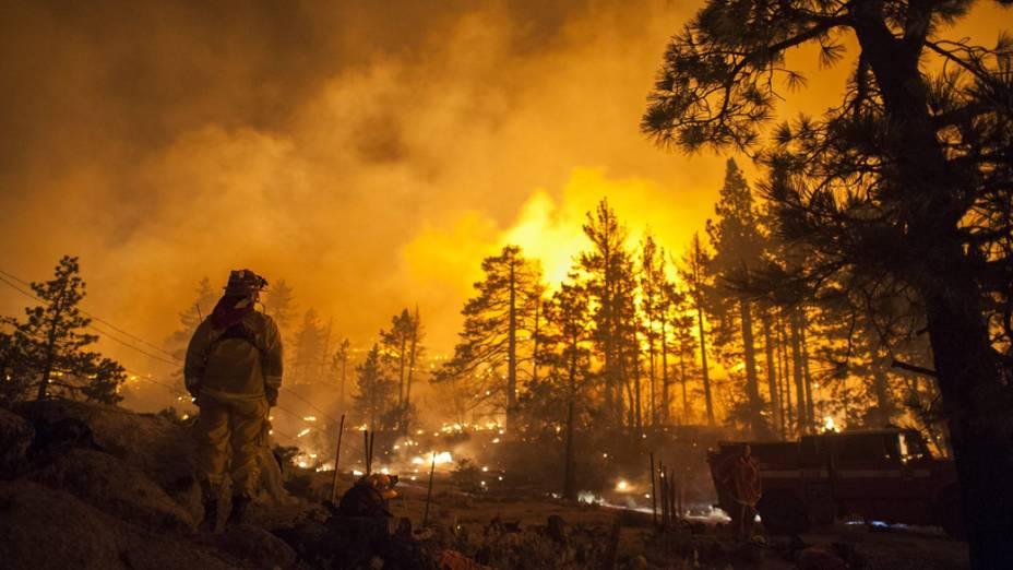 Bombeiros da Califórnia vão até Mountain Center onde as chamas consumiram 4700 hectares da floresta